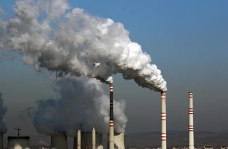 石炭発電所からの汚染された煙の巨大な雲 写真素材