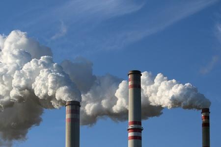 detail van rokende schoorsteen van de kolencentrale