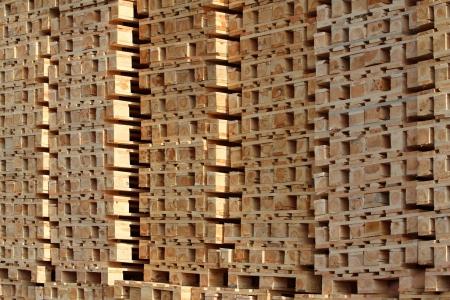 太陽光の下で杭で木製のパレット