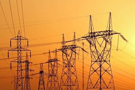 日没時に高電圧電気パイロン