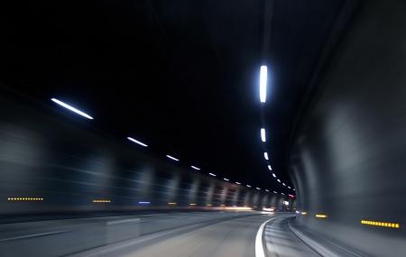 暗いトンネルで動きの速い 写真素材