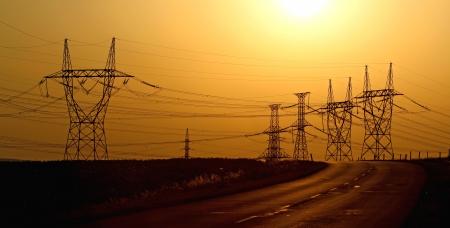 日没時に高電圧の電気塔 写真素材