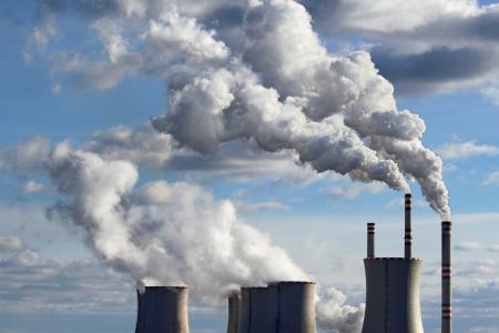 冷却塔の石炭発電所の喫煙