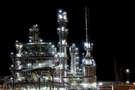 ガソリンの生産のための夜製油工場 写真素材