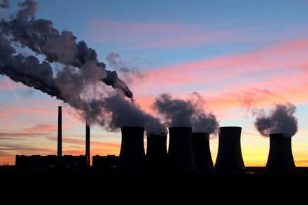 夕焼け空の下での石炭発電所から煙