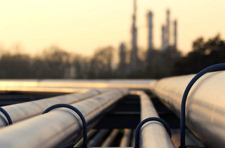 industria petroquimica: tuberías de acero en la fábrica de petróleo crudo Foto de archivo