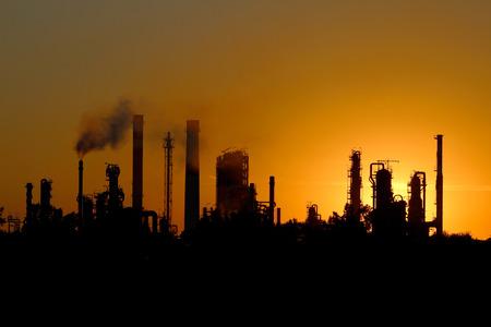 paesaggio industriale: silhouette di ibig fabbrica raffineria di petrolio durante il tramonto