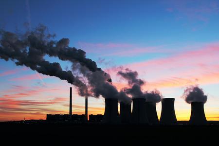 Dramatyczna zachód słońca nad elektrowni węglowej