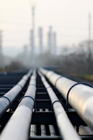 原油のパイプラインと石油の製油所光に対して