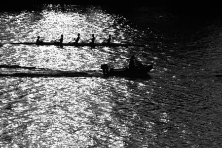 Bateau avec quatre rameurs et barreur sur l'eau de la rivière Banque d'images - 30322693