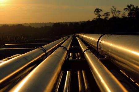 yacimiento petrolero: conexi�n de la tuber�a desde el campo de petr�leo crudo