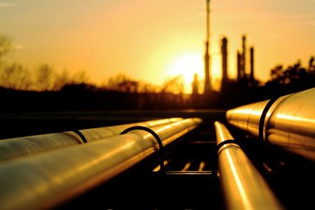 industria quimica: montones de oro que va a la refinería de petróleo