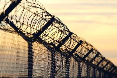 Alambre de púas pared de acero contra las inmigraciones en europa Foto de archivo - 73528592