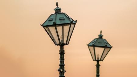 lampposts: Dos farolas antiguas de la ciudad en una noche de verano escandinavo agosto Foto de archivo