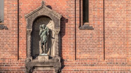 representations: Estatua de El Buen Pastor hombre lleva cordero, una de las m�s comunes de las representaciones simb�licas de Cristo con la esv�stica y la cruz a sus pies