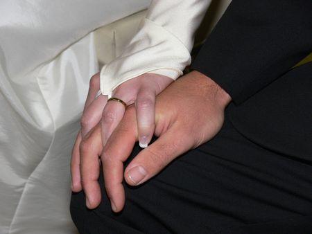 paar bedrijf handen tijdens huwelijk Stockfoto