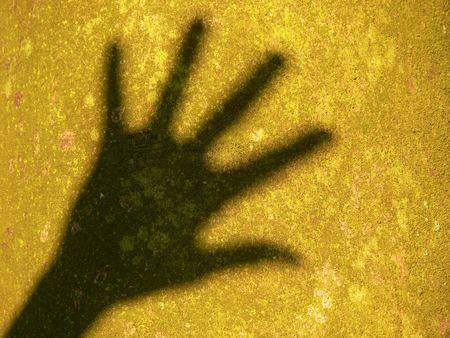 schaduw van hand vóór boomschors Stockfoto
