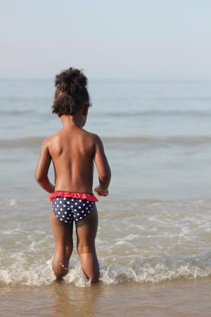 Zwart meisje te kijken naar de Noordzee Stockfoto