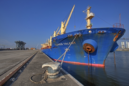 Schip in de haven van Gent, België