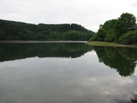 reflexion: Lago con la reflexi�n de la playa Foto de archivo