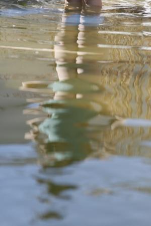 revestimientos: una ni�a se ve reflejado en el estanque Foto de archivo