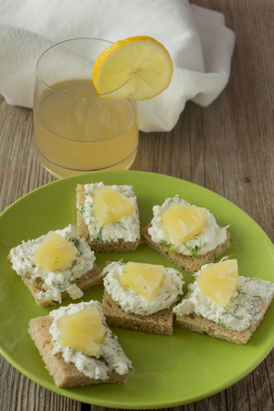 quark: Quark sandwiches with pineapple and dill, pineapple juice
