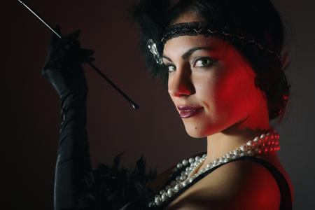美しい女性の肖像画は、マウスピースを吸います。20 年。 写真素材