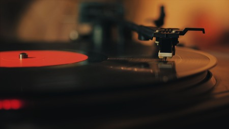 A retro-styled spinning record vinyl player. Close up. Stockfoto