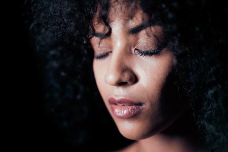 Porträt des Afromädchens. Verlockende Frau mit perfektem Make-up und lockigem Frisurlächeln. Glamour, Mode, Modell, gesundes Hautkonzept. Platz kopieren. Standard-Bild
