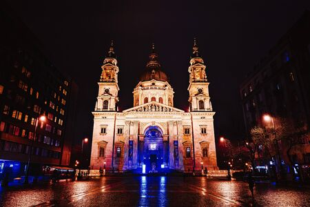 St. Stephens Basilica - Church in Budapest, Hungary. Beautiful evening or night scene of illuminating ancient architecture. Zdjęcie Seryjne