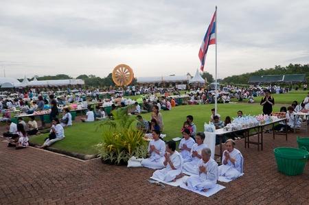 nakhon pathom: Phutthamonthon, Nakhon Pathom, Thailand - July 15, 2011 - Thai people pray at Phutthamonthon on Asarnha Bucha Day