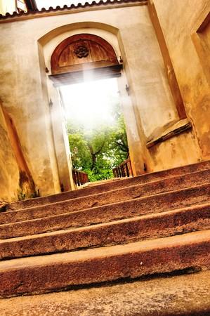 open huis: mooie oude poort vith zonlicht  Stockfoto