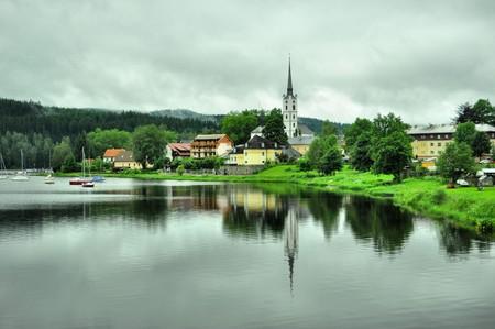 Lipno 호수 근처에있는 흰색 교회