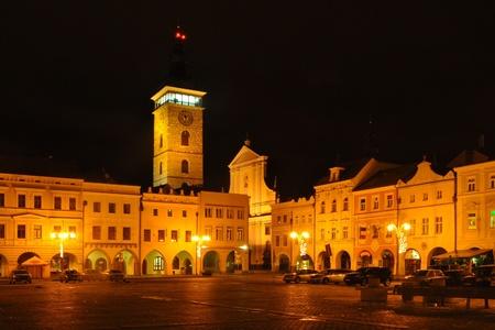 밤 시간에 도시 광장