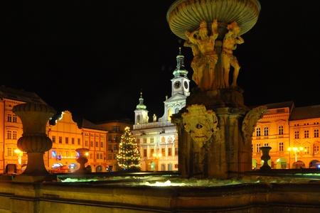 역사적인 광장에 큰 분수