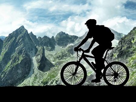 초원에 자전거 타는 사람의 실루엣 스톡 콘텐츠