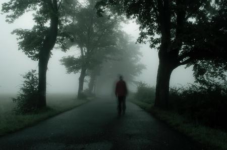 Silhouette des Menschen in der düsteren Atmosphäre