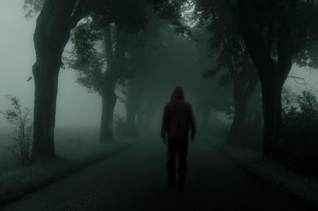 oscuro: silueta del hombre en la atm�sfera oscura Foto de archivo
