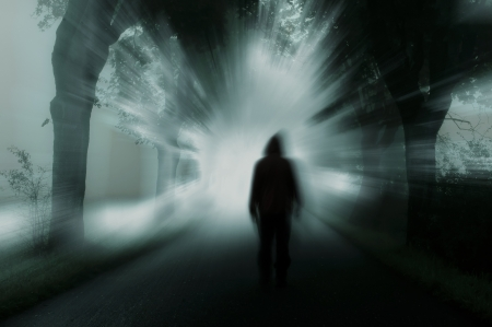 silhouet van de mens in donkere atmosfeer