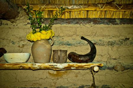 선사 시대 오두막의 오래된 선반