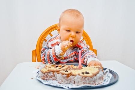 작은 아기와 생일 케이크