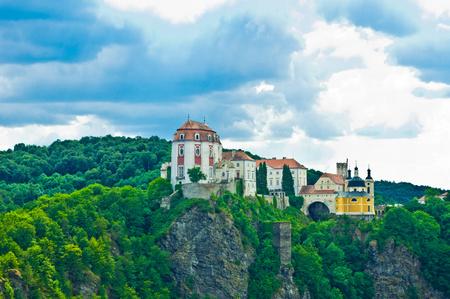 바위 꼭대기에있는 오래된 성 에디토리얼