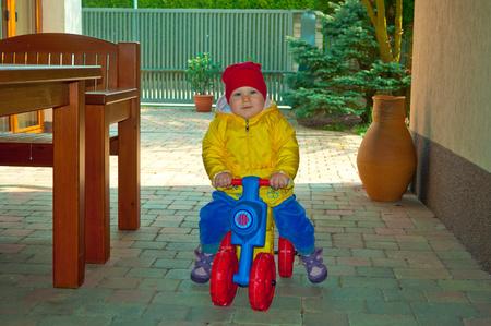 작은 아기는 자전거에