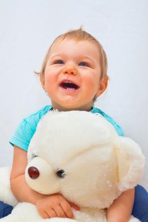 그녀의 곰이있는 어린 소녀 스톡 콘텐츠