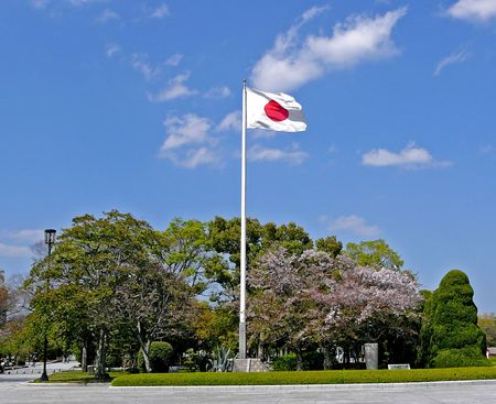 bandera japon: Pabell�n japon�s en el viento en la ciudad de Hiroshima, cerca de la C�pula At�mica.  Foto de archivo