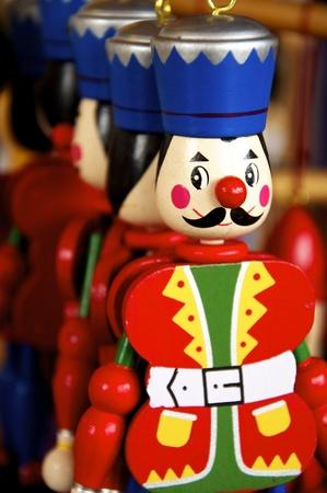 toy shop: Legno Jumping Jacks appeso in un negozio di giocattoli vecchia maniera
