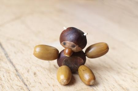 Małe figurki wykonane z kasztanów, orzechów laskowych i żołędzi Zdjęcie Seryjne - 11279836