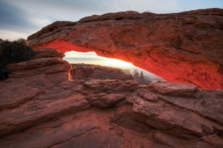 キャニオンランズ国立公園、ユタ米国でメサ ・ アーチ下の日の出