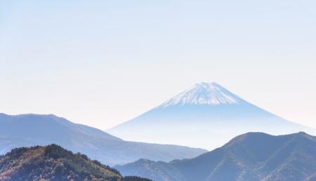 雄大な雪をかぶった富士山、北側からの眺め。 写真素材