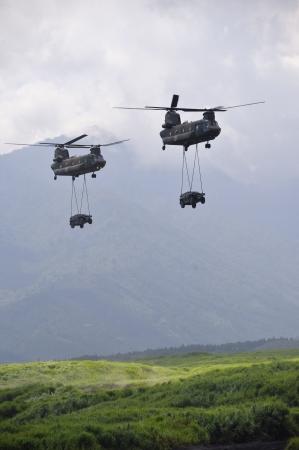 チヌーク ヘリコプター 2 機運搬車